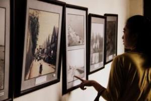 Peserta menyempatkan melihat gambar kota Makassar tempo dulu